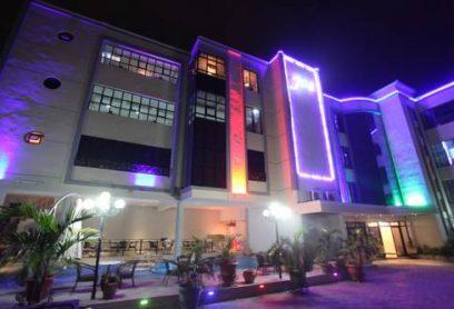 Vey Plaza Hotel Kinshasa est situé à Kinshasa Ngaliema  à 200 mètres du marché aux meubles de meteo