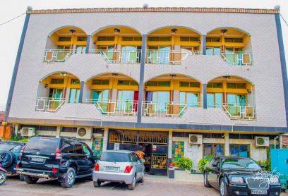 Flat Hôtel Star est situé à Kinshasa Lingwala pres de  l'hôpital pédiatrique de Kalembelembe